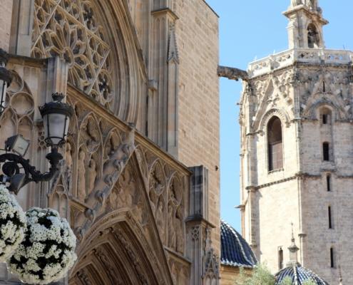 Dettaglio portale gotico della Cattedrale e campanile